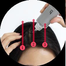 分け目に沿って前頭部から頭頂部へ3本線を引くようにヘアージュを塗布